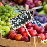 Zieleni i czerwoni jabłka w miejscowym wprowadzać na rynek w Kopenhaga, Dani Zdjęcie Stock