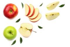 zieleni i czerwoni jabłka z plasterkami odizolowywającymi na białym tle Odgórny widok obrazy royalty free