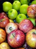 Zieleni i czerwoni jabłka Obrazy Stock