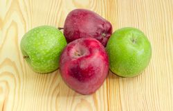 Zieleni i czerwoni jabłka na drewnianej powierzchni Zdjęcie Royalty Free