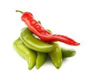 Zieleni i gorący chili pieprze zamykają up na bielu Fotografia Stock