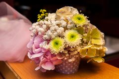 Zieleni i menchii kwiatu bukiet obraz stock