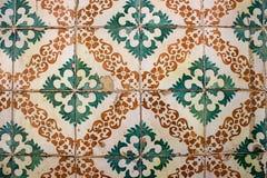 Zieleni i pomarańcze wzorzystości pomarańcze i zieleń deseniowaliśmy ` azulejo ` płytki na Portugalskim budynku Zdjęcie Stock