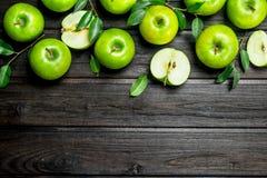 Zieleni jabłka z liśćmi i Apple plasterkami zdjęcie stock