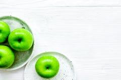 Zieleni jabłka dla zdrowego deseru na białego tła odgórnym widoku mo Fotografia Royalty Free