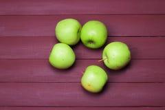 Zieleni jabłka na starym drewno stole zdrowa żywność Zdjęcia Royalty Free
