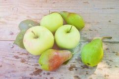 Zieleni jabłka i bonkrety na drewnianych deskach Zdjęcie Stock