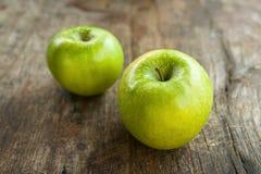 Zieleni jabłka na drewno stole Zdjęcia Stock