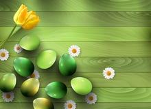 Zieleni jajka i wiosna kwiaty na zielonym drewnianym tle Fotografia Royalty Free