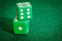 Zieleni kostka do gry na grzebaka stole Zdjęcie Royalty Free