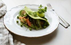 Zieleni lavash tortillas z szpinakami, pieczony kurczak, świeża zieleni sałatka, pomidory, jogurtu kumberland fotografia stock