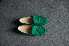 Zieleni man's buty na popielatej podłoga Fotografia Royalty Free
