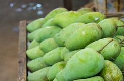 Zieleni mango w świeżym rynku Fotografia Royalty Free
