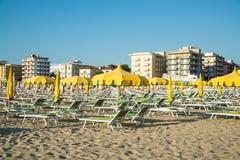 Zieleni parasole i bryczka hole na plaży Rimini w Ita Obraz Royalty Free
