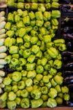 Zieleni pieprze przy supermarketem fotografia stock