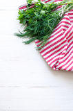 Zieleni pietruszki i koperu liście na naturalnej bieliźnianej pielusze na drewnianym tle Zdjęcie Stock