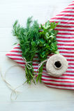 Zieleni pietruszki i koperu liście na naturalnej bieliźnianej pielusze na drewnianym tle Zdjęcie Royalty Free