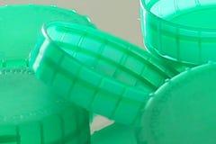 Zieleni plastikowi butelka wierzchołki zamknięci w górę zdjęcia royalty free