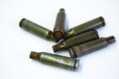 Zieleni pociski i obudowy od kałasznikowu karabinu automatycznego przy białym tłem Zdjęcie Royalty Free