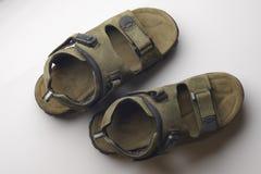 Zieleni Rzemienni sandały na Białym tle zdjęcia royalty free