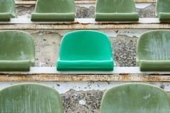 Zieleni siedzenia w starym stadium Zdjęcia Royalty Free