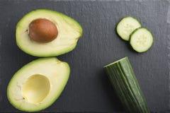 Zieleni smoothie składniki - avocado, ogórek na ciemnym tle obrazy stock