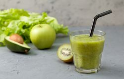 Zieleni smoothies w glassful zdjęcie stock