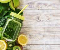 Zieleni smoothies z warzywami i owoc Detox dzie? zdjęcia stock