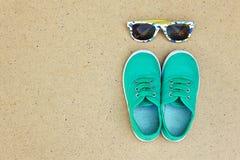 Zieleni sneakers i okulary przeciwsłoneczni Zdjęcie Royalty Free