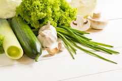 Zieleni surowi warzywa na drewnianym stole Zdjęcia Royalty Free