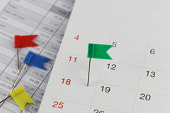 Zieleni szpilki żbiki na kalendarzu obok liczby eigh Obrazy Royalty Free