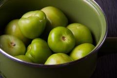 Zieleni tomatillos na popielatym tle fotografia stock