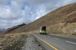 Zieleni towary przewożą samochodem na Karakoram autostradzie wśród góry Babusar przepustki Pakistan Obraz Stock