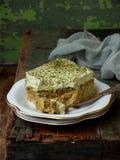 Zieleni trzy dojny tort z japońskim herbacianym matcha na drewnianym tle Tradycyjny deser ameryki łacińskiej Tres leches Fotografia Royalty Free