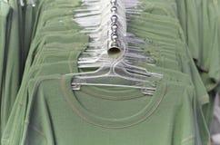 Zieleni ubrania na wieszakach obraz royalty free
