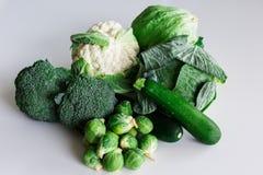 Zieleni warzywa na białej powierzchni obraz royalty free