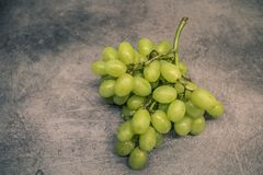 Zieleni winogrona na kontuarze zdjęcia royalty free