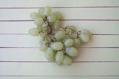 Zieleni winogrona na zielonym drewnie od above Zdjęcie Stock