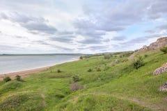 Zieleni wzgórza i spokojny jezioro Obrazy Royalty Free