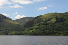 Zieleni wzgórza jeziorem Zdjęcia Royalty Free