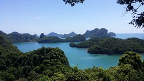 Zieleni wzgórza w tle wśród AngThong parka narodowego wysp Fotografia Stock