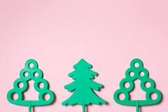 Zieleni zabawkarscy drzewa na pastelowych menchii tle - formułuje i lasu pojęcie z kopii przestrzenią ochrony środowiskiej oszczę obraz royalty free