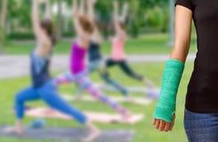 Zielenieje obsadę na ręce i ręce na zamazanej tło kobiety sprawności fizycznej g Obrazy Stock