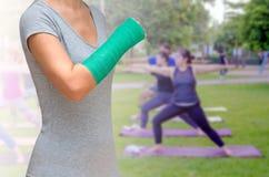 Zielenieje obsadę na ręce i ręce na zamazanej tło kobiety sprawności fizycznej g Zdjęcia Stock