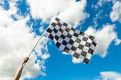 Zielflagge, die in den Wind wellenartig bewegt Lizenzfreie Stockfotografie