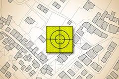 Zielikone über einer eingebildeten Katasterkarte des Gebiets mit Gebäuden, Straßen und Flurstück - Konzeptbild des Fokus auf wirk stock abbildung