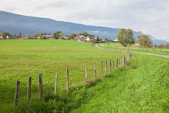 Zielona łąka i wioska Obrazy Royalty Free