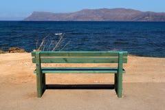 Zielona ławka przegapia morze Zdjęcia Royalty Free