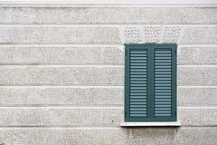 Zielona żaluzja na starym śródziemnomorskim miasto budynku zdjęcia stock