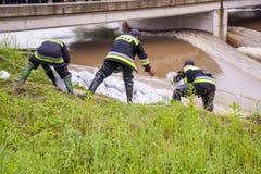 ZIELONA, ПОЛЬША - 11-ОЕ ИЮНЯ: Человек от пожарной команды делает отмель fr Стоковое Изображение